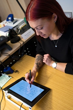 Electronic signature in the vehicle registration office©Landkreis Leer