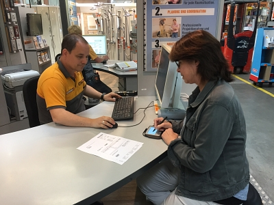 Hornbach customer signs on the signotec Sigma©Hornbach