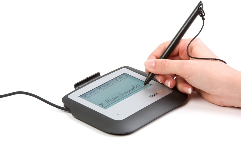 signotec Sigma Signature Pad - hand with pen and signature © signotec GmbH